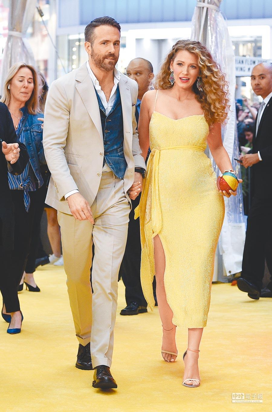 萊恩雷諾斯(左)與老婆布蕾克萊芙莉出席《名偵探皮卡丘》洛城首映,萊恩穿BRUNELLO CUCINELLI米色西裝內搭白襯衫、丹寧背心,布蕾克穿Retrofete黃色洋裝帶球上路。(美聯社)