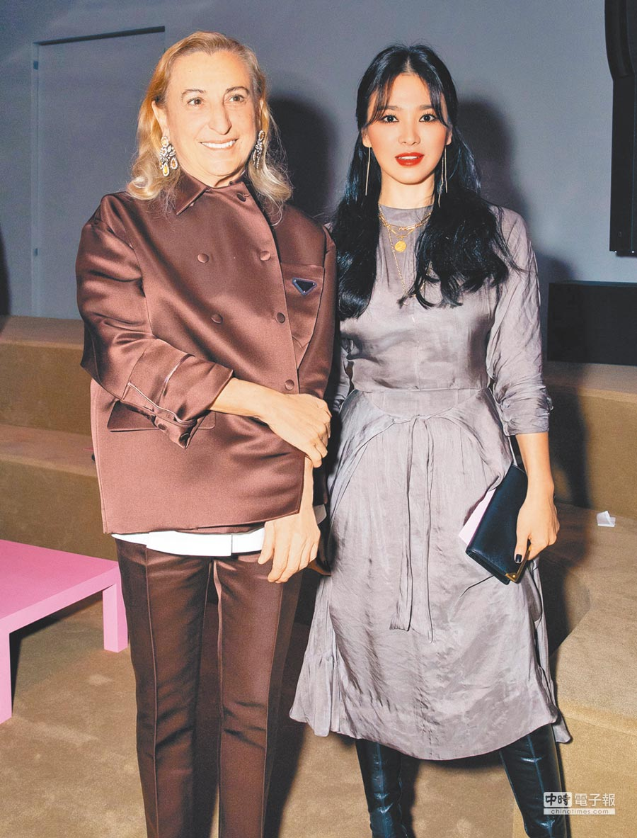 宋慧喬(右)接長髮畫煙燻眼妝出席看秀,與設計師Miuccia Prada合影。(PRADA提供)