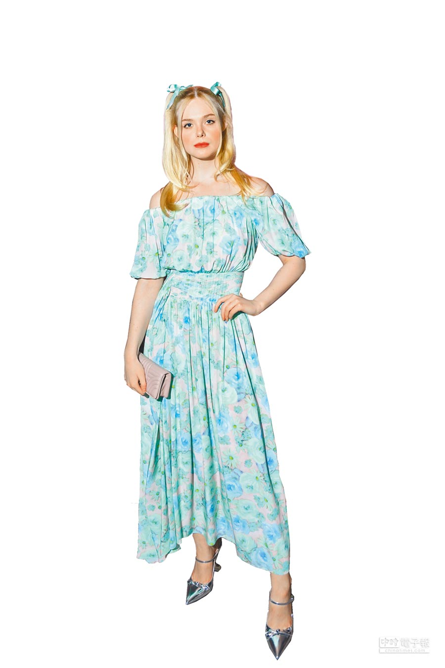 艾兒芬妮綁著雙馬尾,在藍綠花卉洋裝襯托下宛如花園精靈。(PRADA提供)