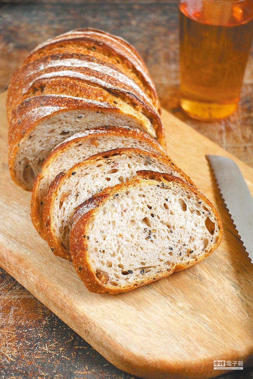 Yoshi Bakery魯邦麵包,為世界麵包大賽獲獎作品,自家培養魯邦種,加上黑、白芝麻與核桃,帶有微酸的酵母風味,220元。(Yoshi Bakery提供)