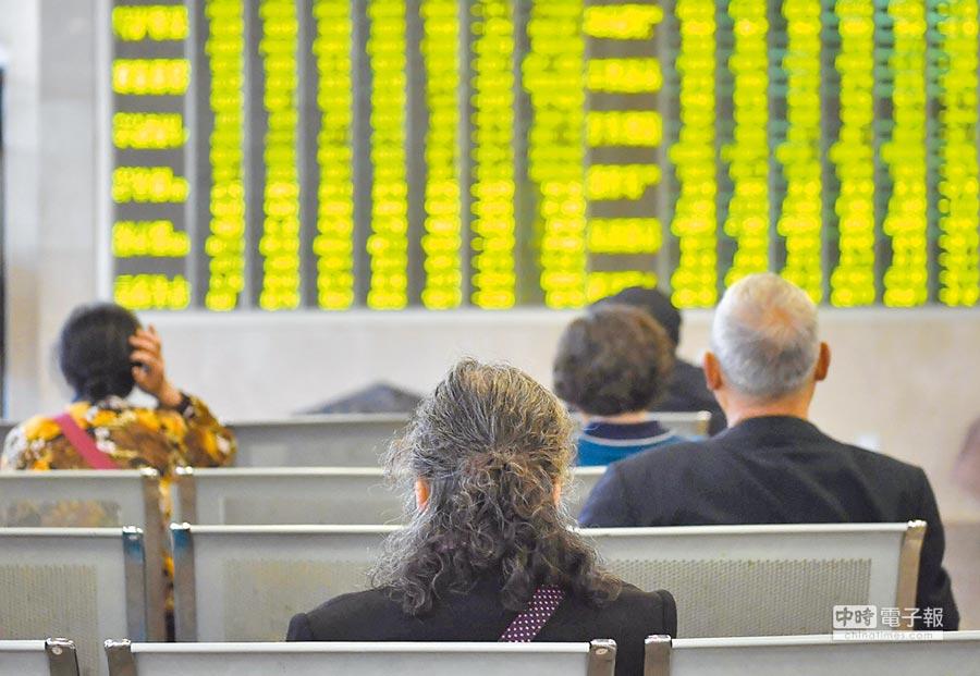 5月6日,滬指收盤跌5.58%,報2906.46點。圖為成都某證券營業廳內的股民關注大盤數據。(中新社)