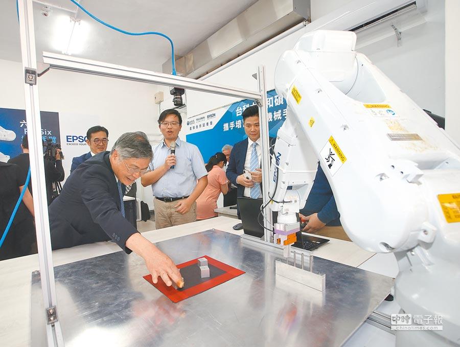 台灣機械產業已轉移生產線。圖為機械手臂完成孔洞定位。(本報系資料照片)
