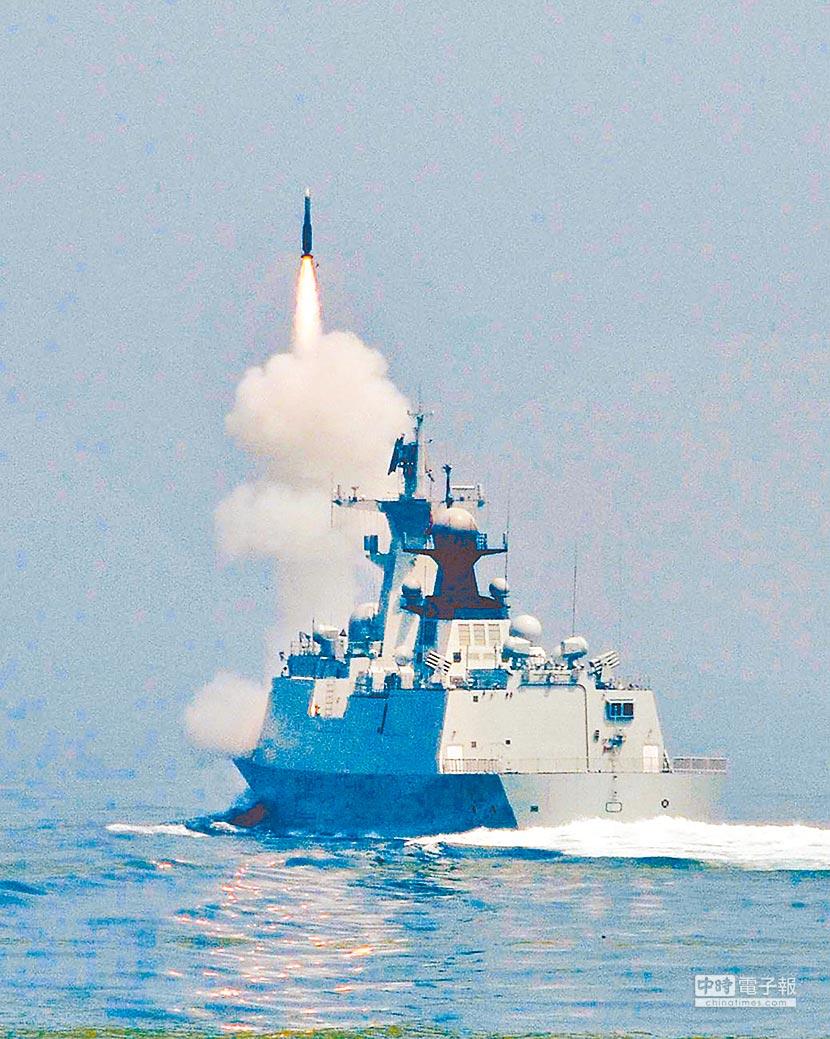 中共解放軍正在台海附近進行實彈海上演訓。圖為大陸海軍在黃海海域實彈演習。(中新社資料照片)