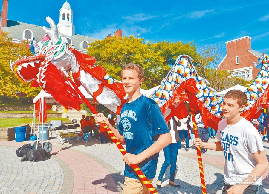 美國馬里蘭大學舉辦「孔子學院日」慶典,學生進行舞龍表演。(新華社資料照片)