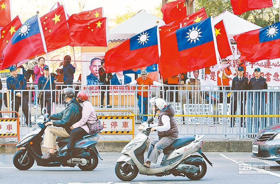 抗議團體表達訴求,在華山公園插五星旗,警方維安則插上國旗反制。(本報系資料照片)