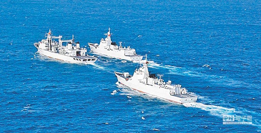 解放軍052D驅逐艦在海上進行演練。(本報系資料照片)