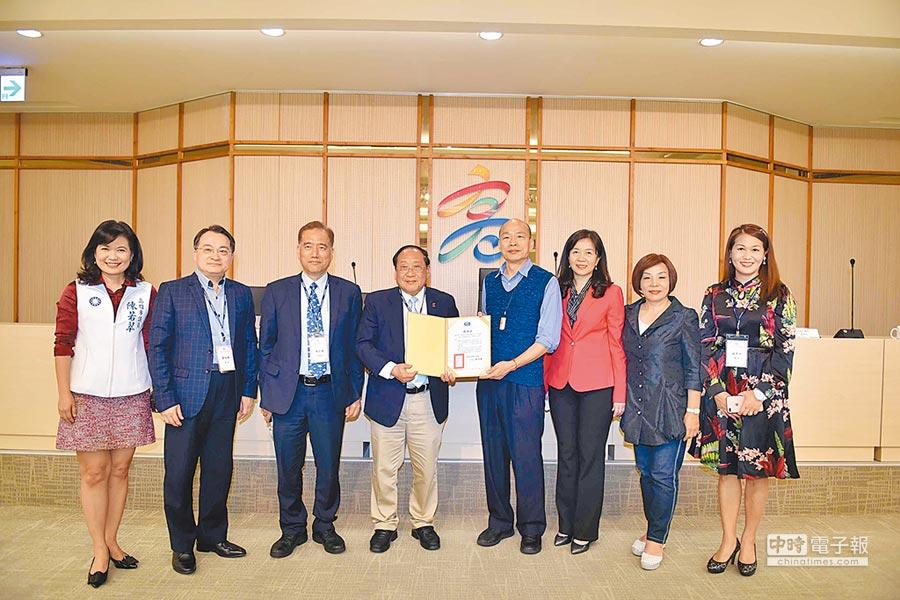 華僑救國聯合總會6日在高巿府鳳山行政中心拜會巿長韓國瑜(右4)。(高巿府提供)