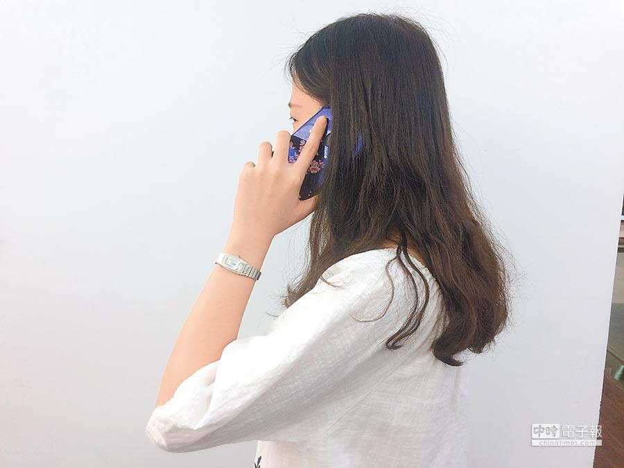 民眾在接聽手機。(記者姜小玲攝,設計畫面)