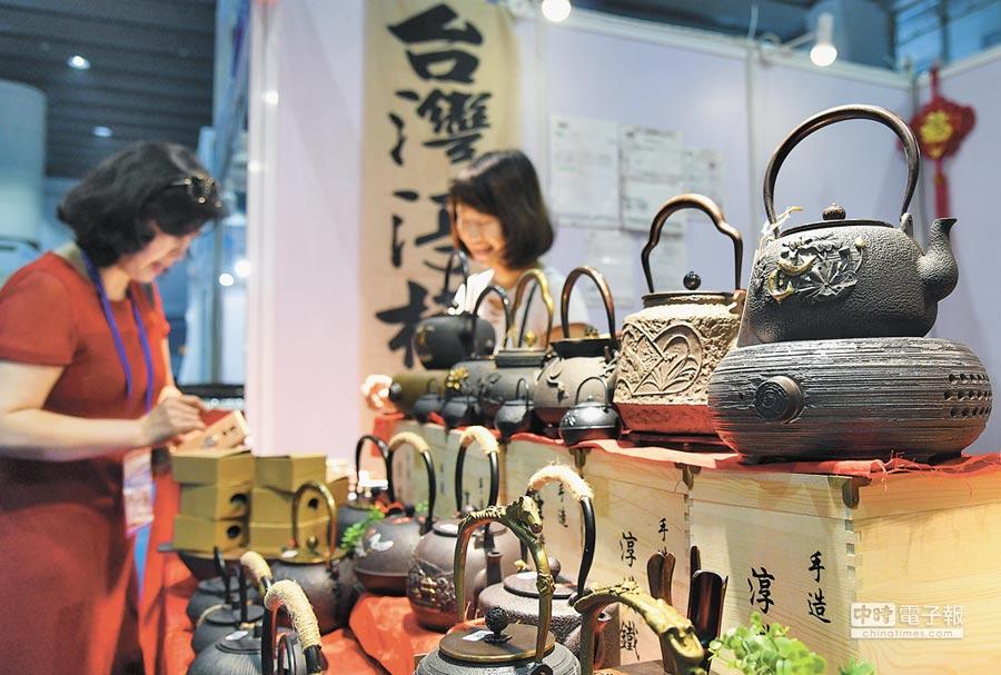 2018年8月24日,第26屆廣州博覽會開幕,會場展出台灣茶具。(新華社)