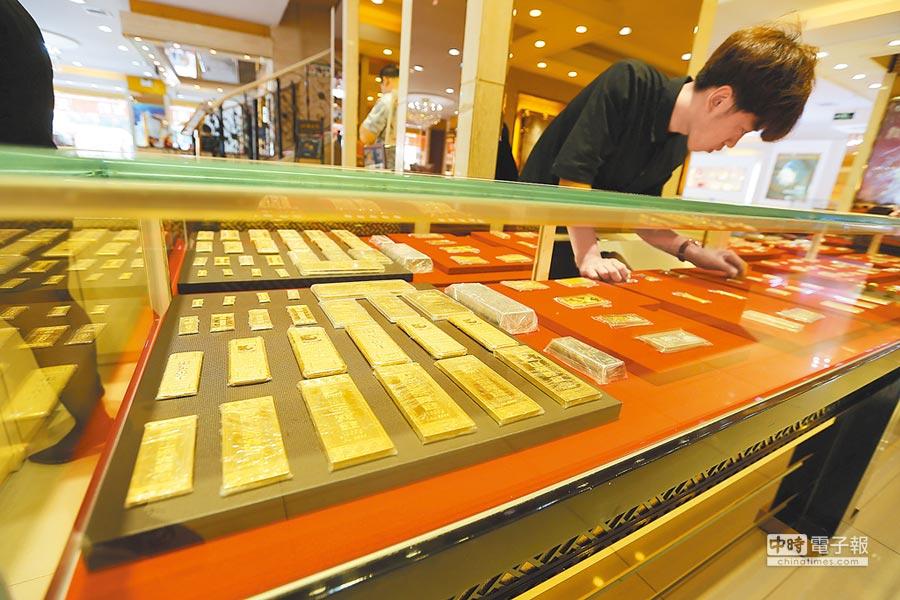 山西太原金店工作人員在整理黃金製品。(中新社資料照片)