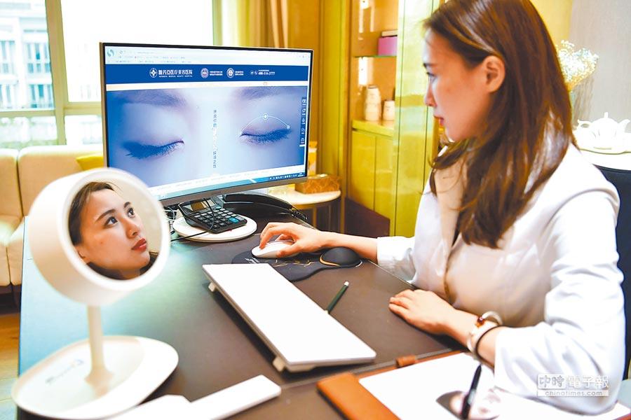 大陸醫美行業毛利率高。圖為在河北從事醫美工作的台灣醫師。(中新社資料照片)