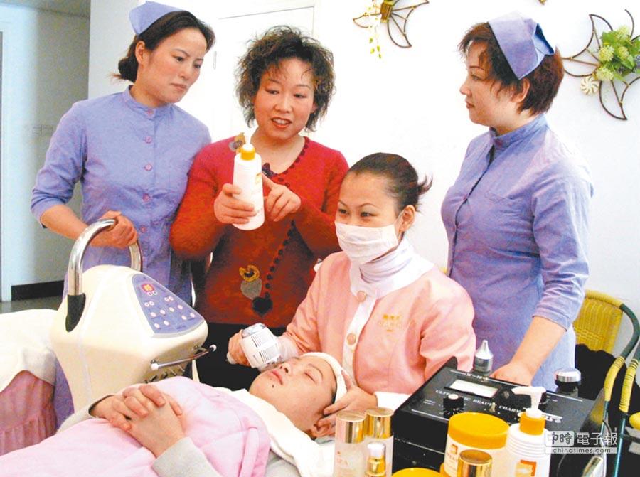 上海一家美容連鎖店負責人指導員工為顧客美容。(新華社資料照片)