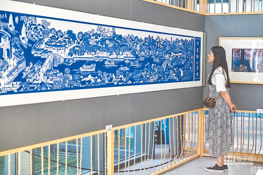 民眾參觀古運河圖。