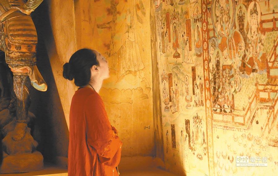 5月3日,參觀者在甘肅省敦煌市博物館參觀。(新華社)