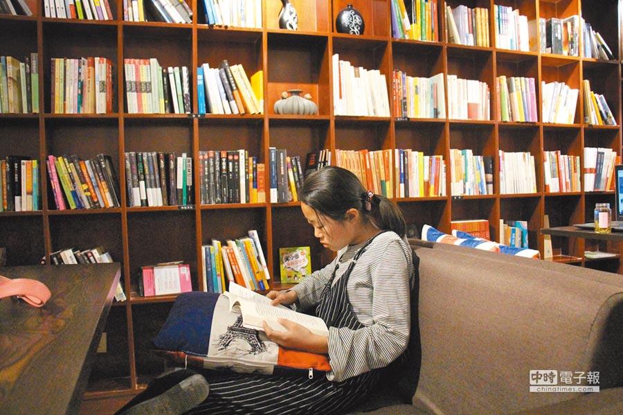 民眾在山東省濱州市無棣縣一家書店內閱讀。(新華社資料照片)