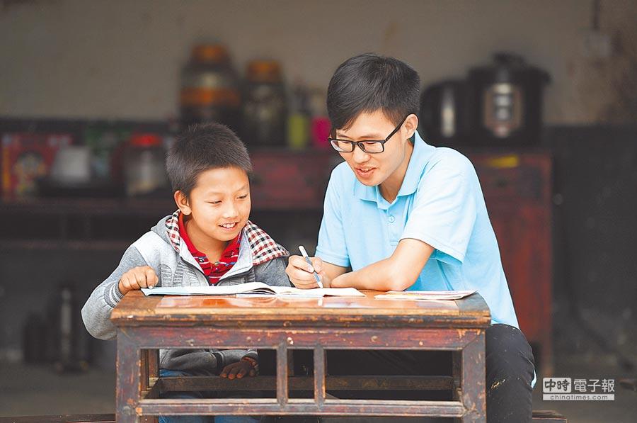 近半數「95後」大學生每周閱讀一本書,其中7成選擇電子書。(新華社資料照片)