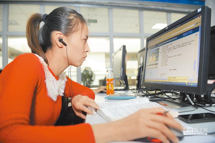 寧夏圖書館數位化體驗區,讀者在觀看教學視頻。(新華社資料照片)