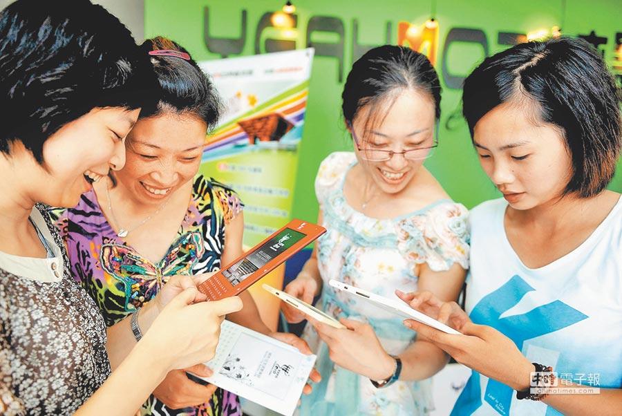 幾名讀者在揚州某間電子書體驗店內了解各類型電子書。(新華社資料照片)