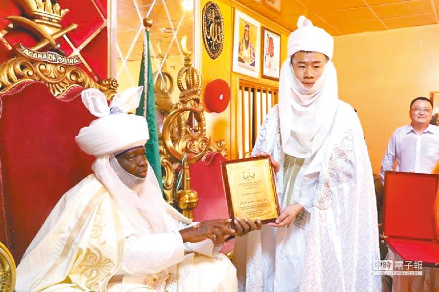 4月21日,奈及利亞首都阿布賈吉瓦地區土皇,授予孔濤「WAKILIN AYYUKA」酋長封號,意為工程領袖。(取自黑龍江龍網)