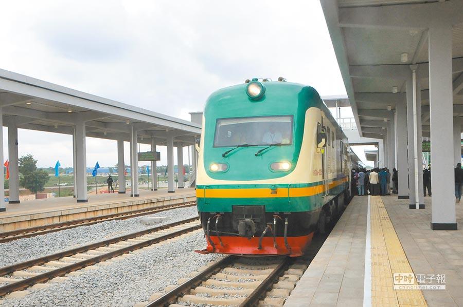 阿卡鐵路是奈及利亞第一條現代化鐵路,由大陸負責設計和施工,於2016年7月正式運營通車。(新華社)