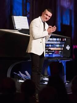 型男管風琴家卡麥隆首登台 完售再加演