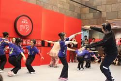 城市裡的舞蹈空間 戴上耳機學跳雙人舞