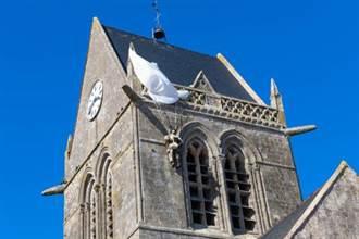 二戰傘兵掛教堂「假死」 結果一掛70年