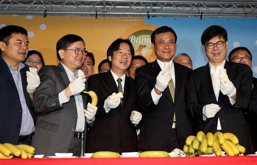 台灣政治人物的「吃蕉照」,圖為前年香蕉價格持續低迷,民進黨立委陳明文號召下農業縣市立委一起站出來,賴清德(左三)、蘇嘉全(右二)等一同呼籲民眾多吃香蕉。(資料照 王英豪攝)