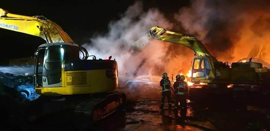 后里區安眉路廢輪胎堆置廠至今已延燒18個小時之久。(陳淑娥翻攝)