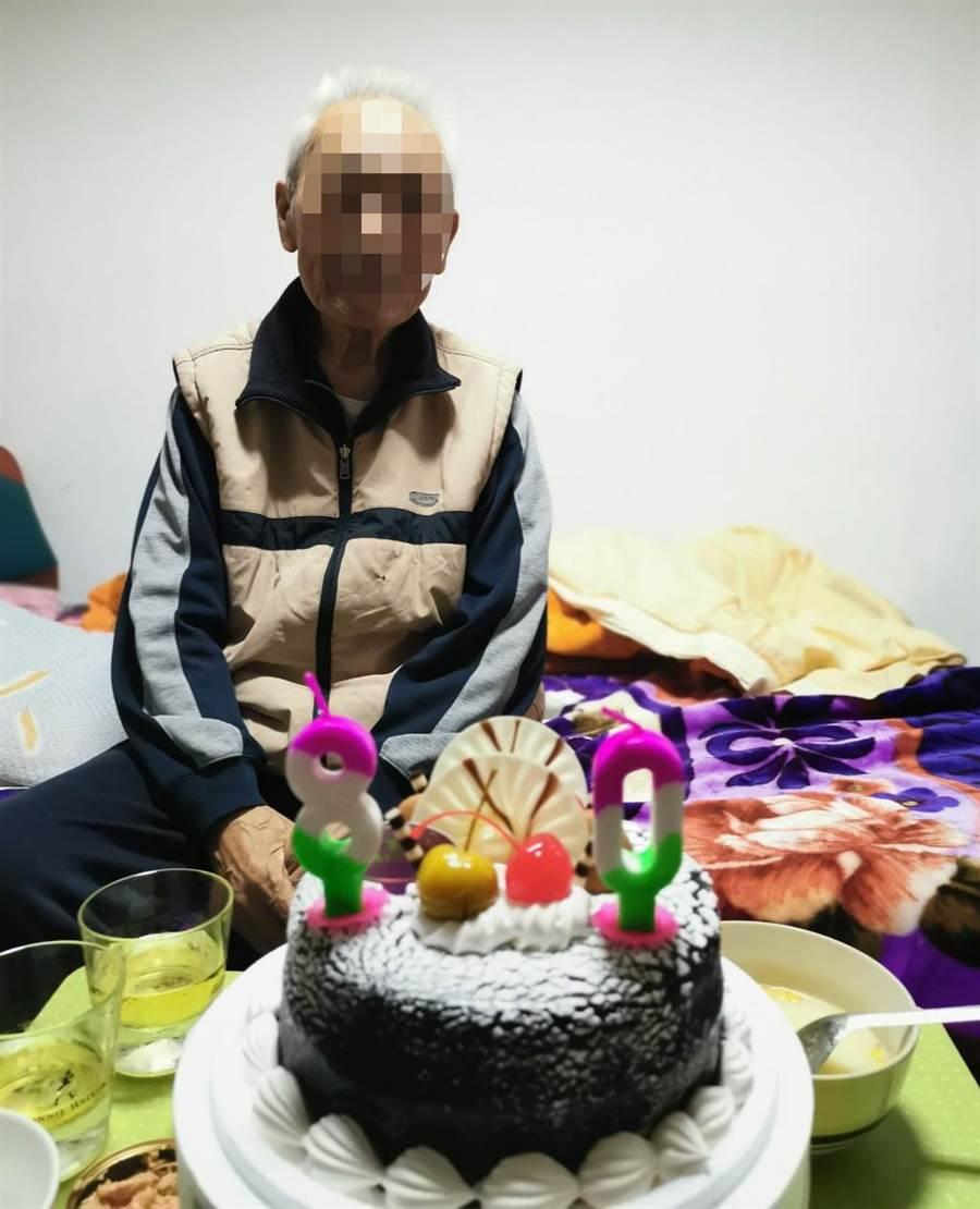 胡姓老翁日前才過80大壽。(洪先生提供)