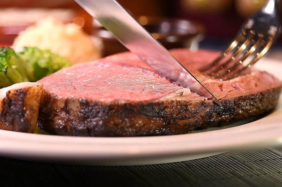 傑克兄弟牛排館〉的〈慢烤頂級肋眼牛排〉即「Prime Rib」,厚切上桌、皮酥肉嫩並吃得出甜度,6盎司只要690元。(圖/姚舜)