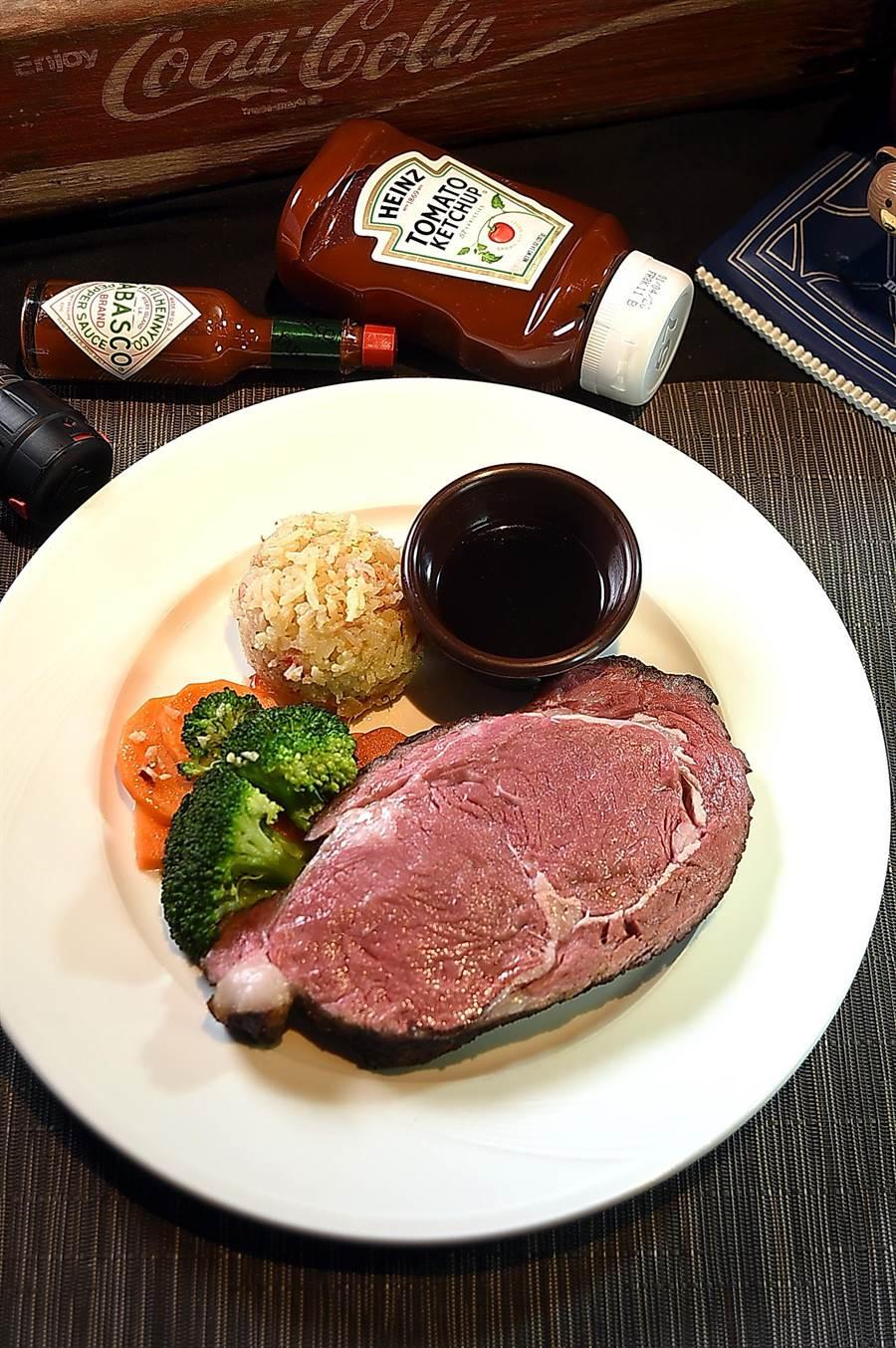〈傑克兄弟牛排館〉的〈慢烤頂級肋眼牛排〉,是用整條美國Choice級牛肉以低溫慢烤再厚切上桌,肉色粉嫩、肉汁香甜,非常有水準。(圖/姚舜)