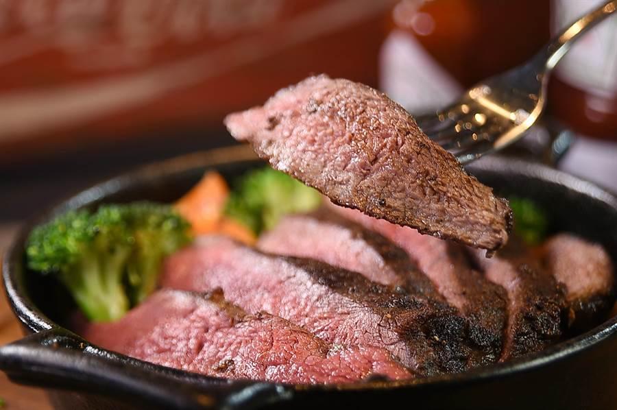 8盎司每客480元的〈嫩肩牛排〉,是以片燒方式呈現,口感軟嫩鮮甜,美味程度不輸其他部位牛排。(圖/姚舜)