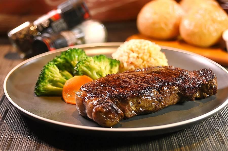 〈傑克兄弟牛排館〉的〈紐約客牛排〉,是選用USDA PRIME等級美國香甜穀飼牛肉冷藏肉煎烤,口感柔嫩中帶有嚼勁,肉質鮮甜可口,是牛排老饕最愛,每客千元有找。(圖/姚舜)