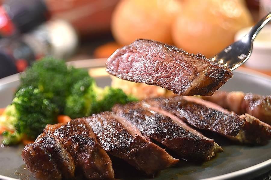 〈傑克兄弟牛排館〉的〈紐約客牛排〉,選用USDA PRIME牛肉全程以冷藏方式處理及運送,煎烤後非常美味。(圖/姚舜)