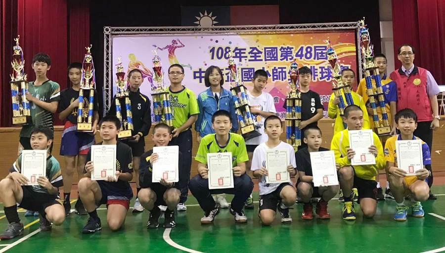 中華盃全國國小師生排球賽,大雅國小奪校史第12座金盃!(陳世宗翻攝)