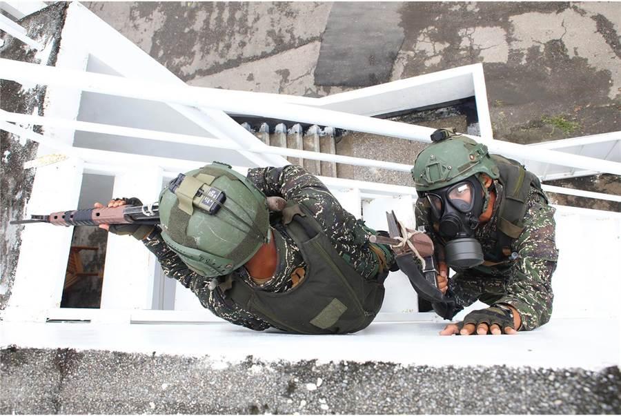 两栖侦搜队员正在进行限制空间搜索及限制空间战斗。〈国防部提供〉