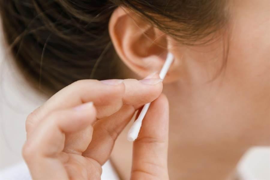 棉花棒挖耳朵,壯男顱骨遭細菌侵蝕。(示意圖/達志)