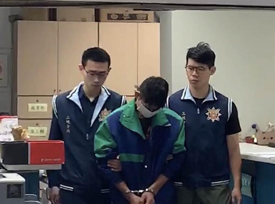 三峽警方上午將涉嫌搶錢購毒的吳姓男子移送法辦。(陳俊雄攝)