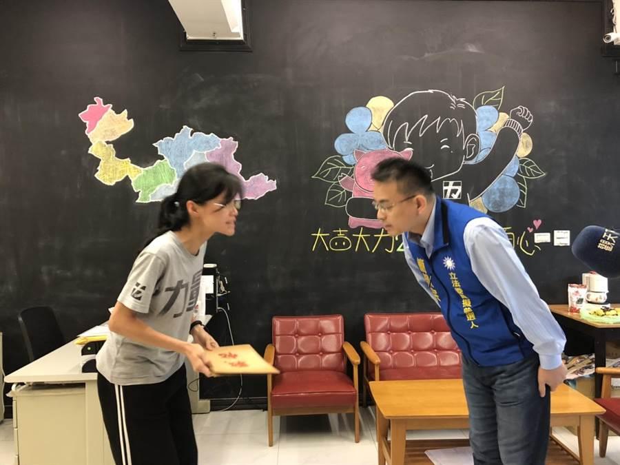簡榮宗8日到立法委員黃國昌辦公室下戰帖,願與黃辯論。(葉德正翻攝)