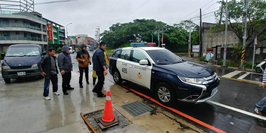 楊梅警分局所長在開會途中逮到逃逸外勞。(警方提供)