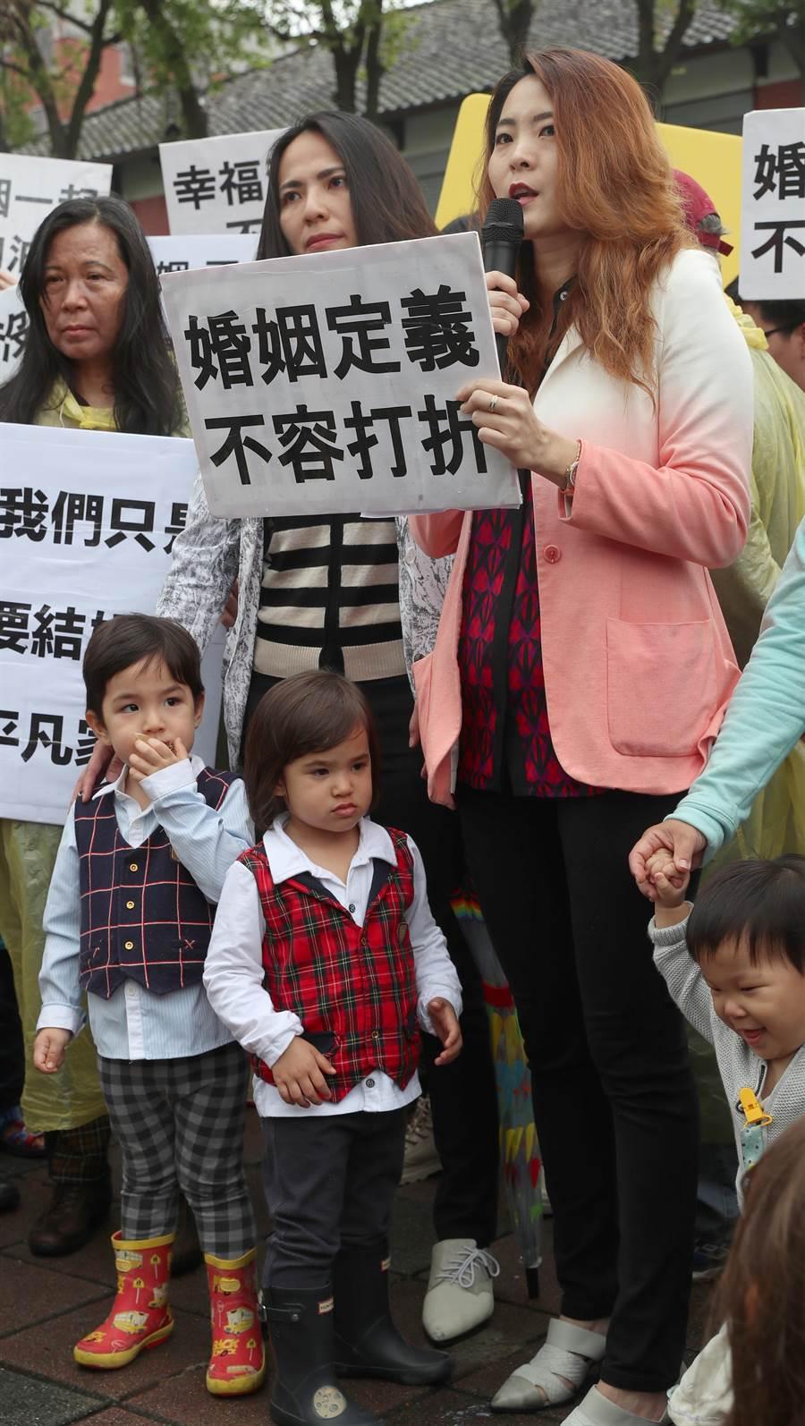 台灣同志家庭權益促進會8日邀集數十個同志家庭,赴立法院外,呼籲將協商同性結合專法版本的立法委員,儘速通過院版法案,不要拆散他們的家庭。 (鄭任南攝)