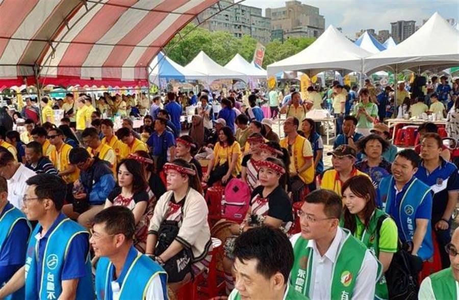 桃山國小合唱團齊聲演唱,優美的和聲讓現場的觀眾陶醉不已。(圖/永慶房產集團提供)