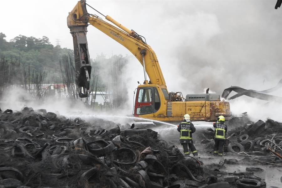 后里區登嵙公司廢輪胎堆置廠7日發生大火,消防人員上午展開殘火處理!(陳世宗翻攝)