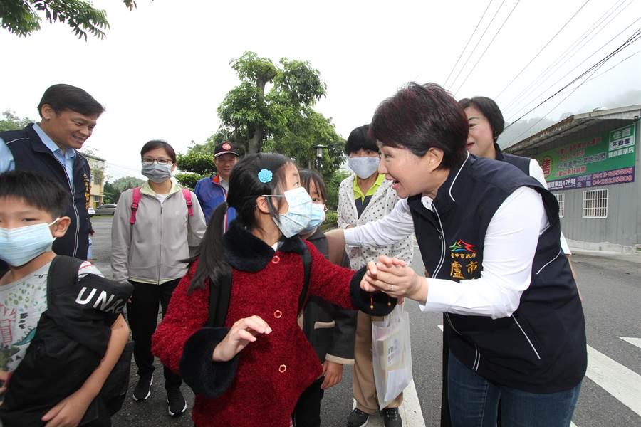 市長盧秀燕今天一早就前往關心學童受到影響情形,教育局火速安排移校教學。(陳世宗翻攝)