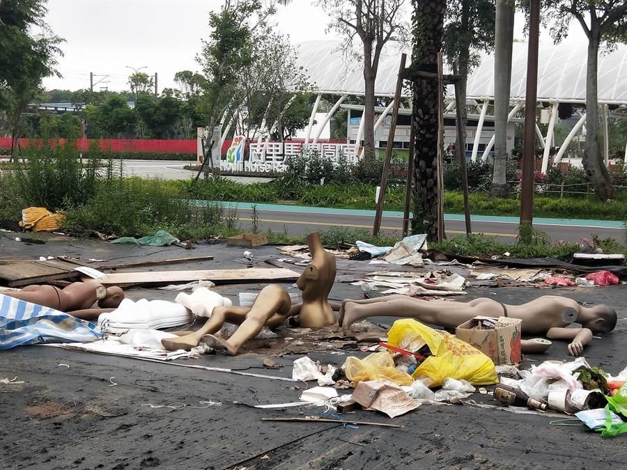 后里園區花舞館對面的市集,目前堆放了廢棄物。(陳淑娥攝)