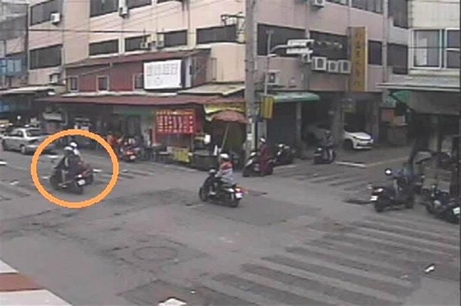 張姓男子騎機車行經軍功路與軍和街口,與左側道路的機車發生碰撞後,自認沒事離開涉嫌肇逃。(張妍溱翻攝)
