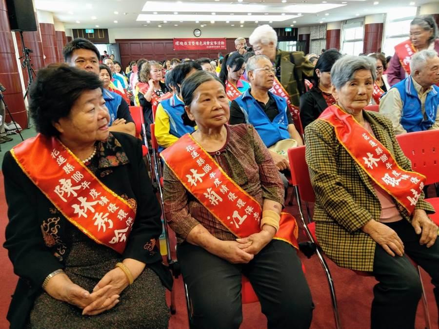 87歲年紀最長的績優環保志工媽媽林銀味(右)與81歲林菊江(中)、82歲陳林秀吟(左)接受表揚。(范振和攝)