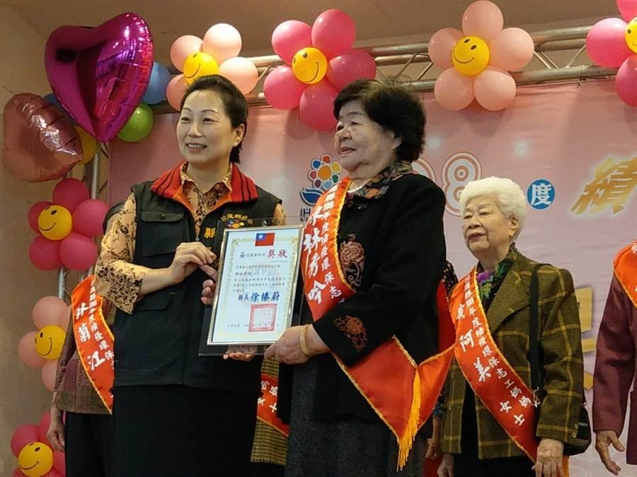 縣長徐榛蔚一一表揚超過80歲的績優環保志工媽媽。(范振和攝)