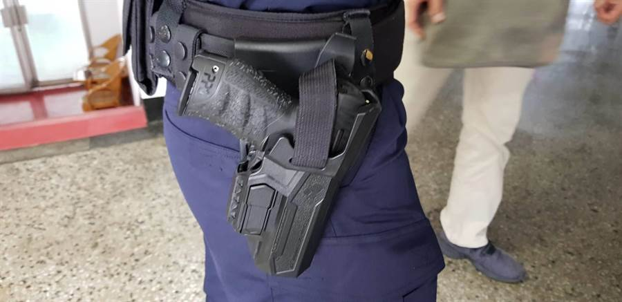 有員警把玩新式配槍不慎走火擊傷自己。(楊漢聲攝)